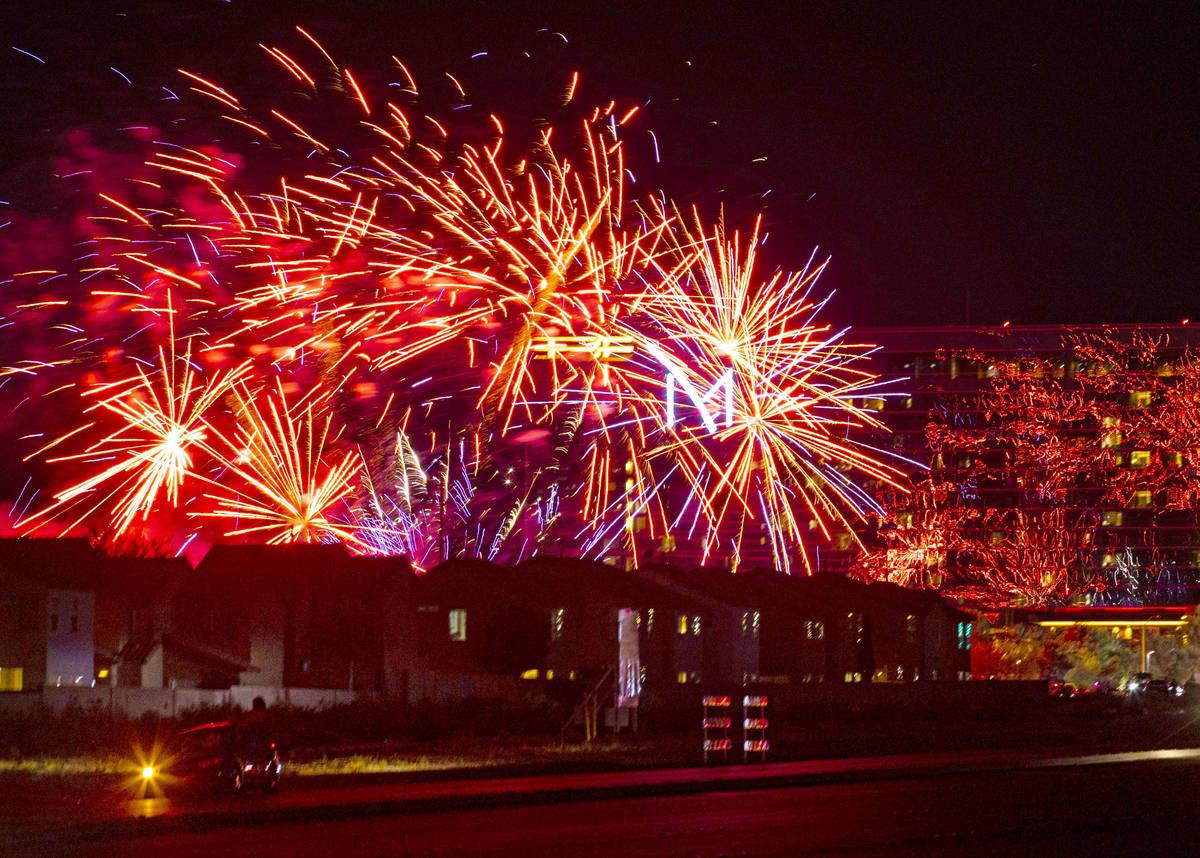 Fuegos artificiales disparados sobre M Resort en Henderson el sábado, 4 de julio de 2020. (Cha ...