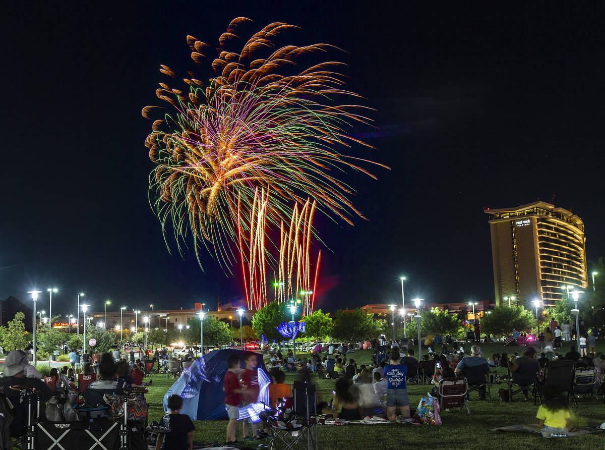 Gente ve el espectáculo de fuegos artificiales del Red Rock Casino desde el centro de Summerli ...