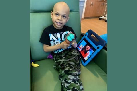 Adrián, de siete años, necesita de un trasplante de médula para ganar su batalla contra la l ...