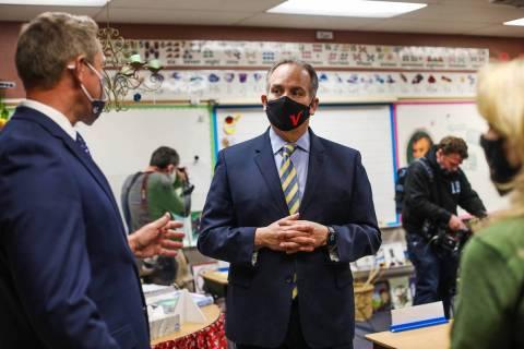 ARCHIVO.- El superintendente del Distrito Escolar del Condado Clark, Jesús Jara, habla con los ...