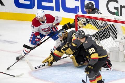 El ala derecha de los Canadiens, Corey Perry (94), intenta marcar un gol mientras que el porter ...