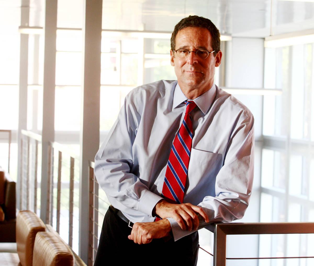 El doctor Robert E. Lang se encuentra en el vestíbulo de Greenspun Hall, en el campus de la UN ...
