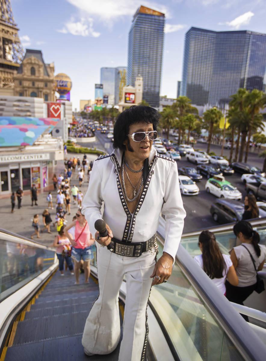 "Chris Johnson, conocido como ""Counterfeit Elvis"", sube las escaleras mecánicas del Strip duran ..."