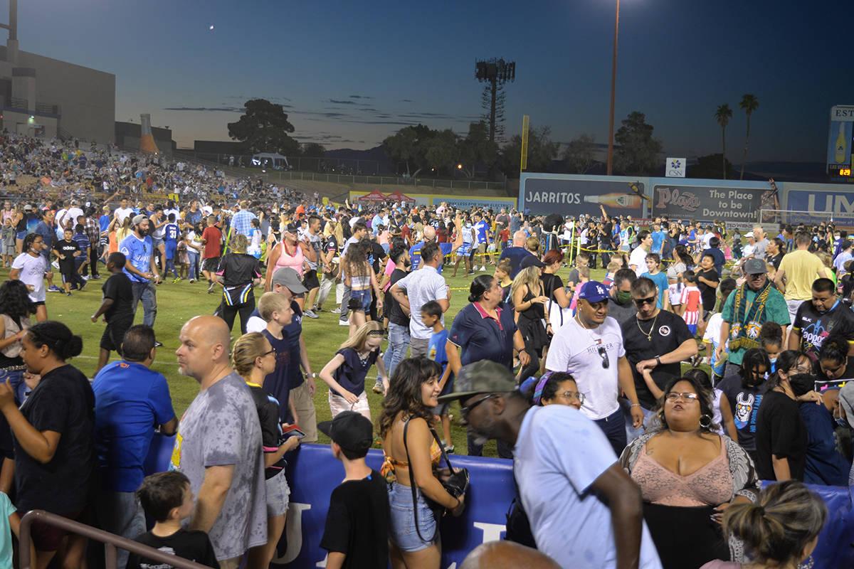 Todos los fanáticos fueron invitados al campo en el medio tiempo para participar en un intento ...