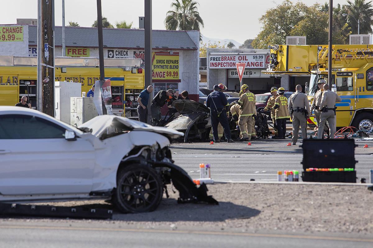 El Las Vegas Fire Department trabaja para evacuar un vehículo involucrado en un presunto accid ...