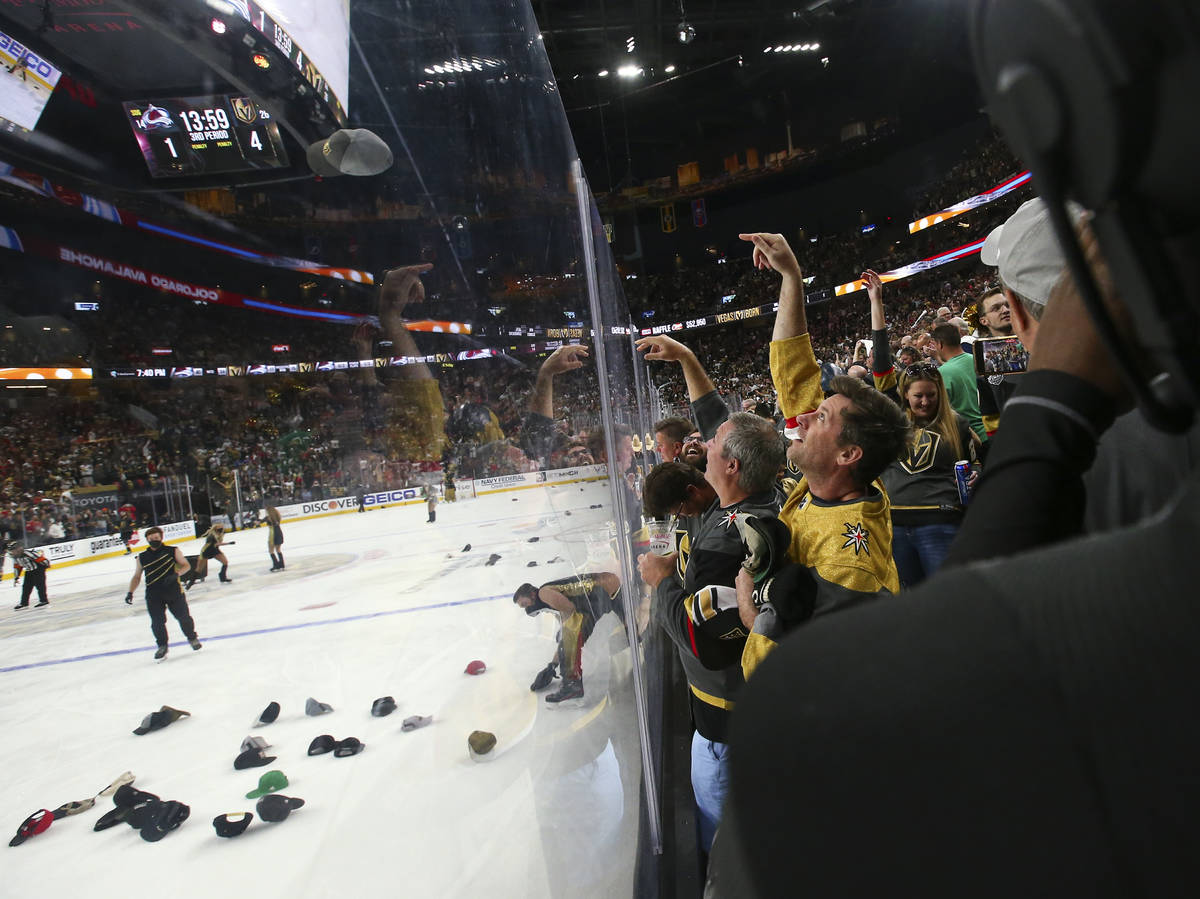 Fans de los Golden Knights celebran un hat trick de Jonathan Marchessault, no fotografiado, dur ...