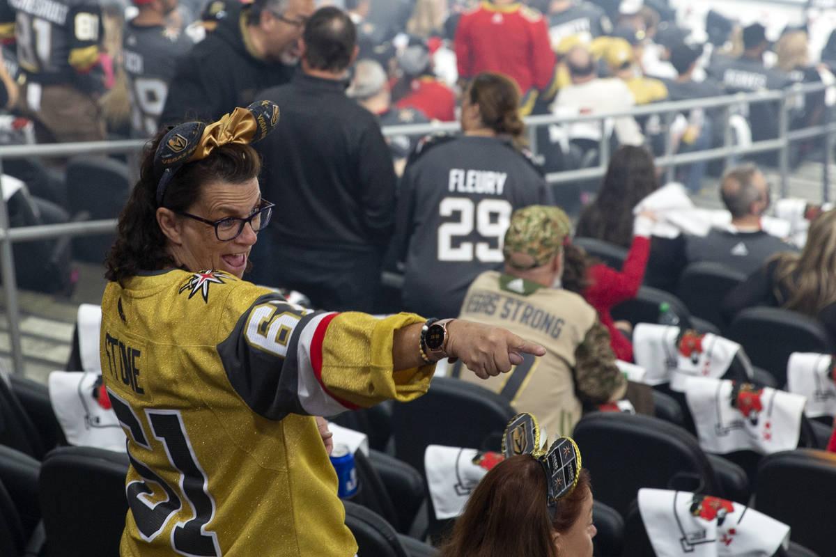 Un fan de los Golden Knights se emociona antes del quinto partido de la serie de semifinales de ...