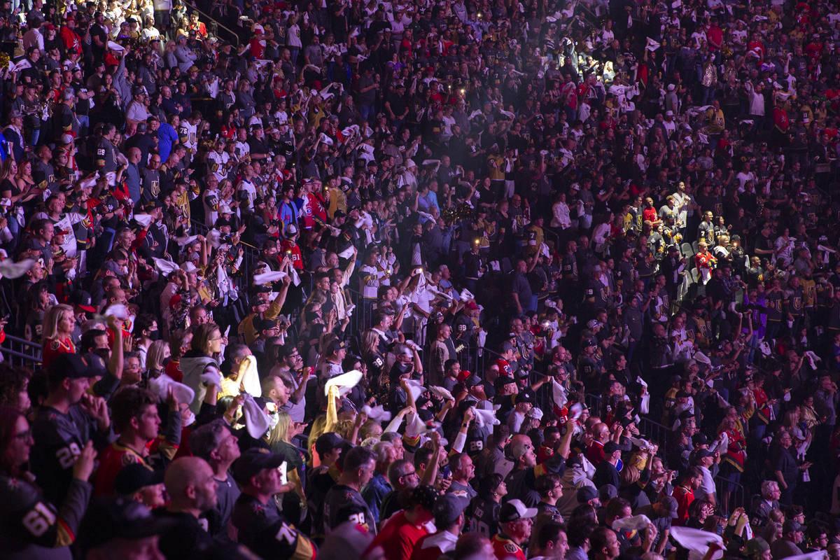 Fans de los Golden Knights llenan las gradas antes del quinto partido de la serie de semifinale ...