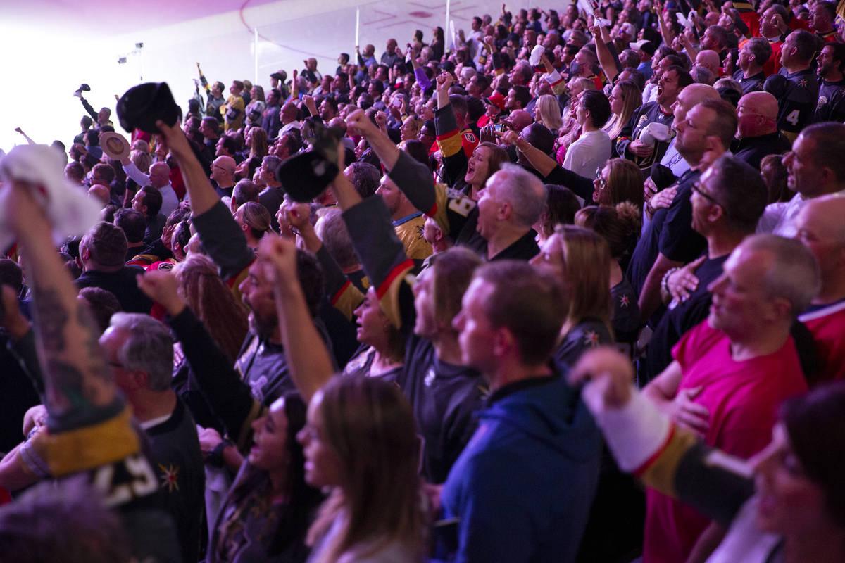 Los fans de los Golden Knights gritan junto con la letra del Himno Nacional cuando la canción ...