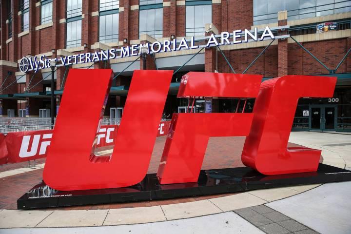 El logo de la UFC en el exterior de la arena durante la experiencia de los fans de la UFC 261 a ...