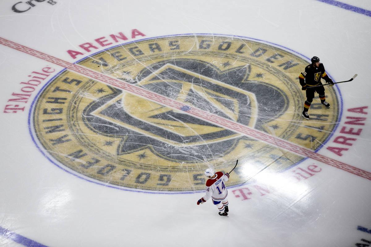 El centro de los Golden Knights, Mattias Janmark (26), y el centro de los Canadiens, Nick Suzuk ...