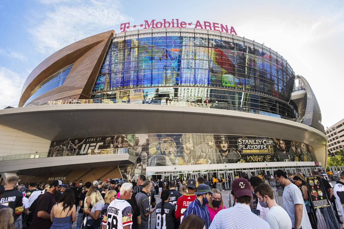 Fans esperan para entrar en T-Mobile Arena antes del inicio del séptimo partido de la primera ...