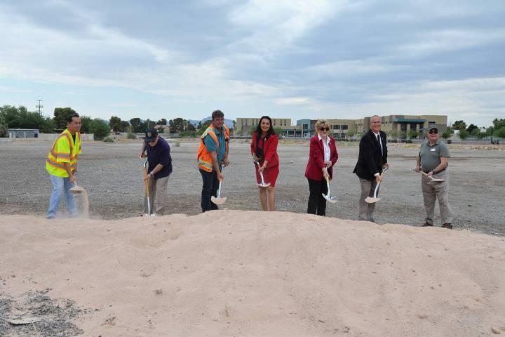 """Con la """"primera palada"""" se inicia la construcción de parque con temática equina en el est ..."""