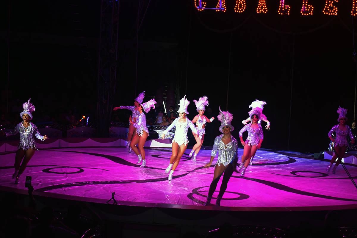 Las Bailarinas que dieron la bienvenida al espectáculo del Circo Hermanos Caballero vistieron ...