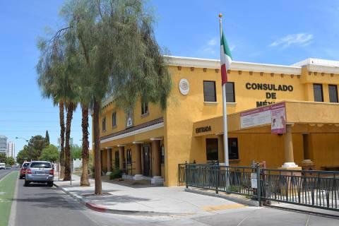 El uso de estacionamiento (en los parquímetros) para usuarios del Consulado de México en Las ...