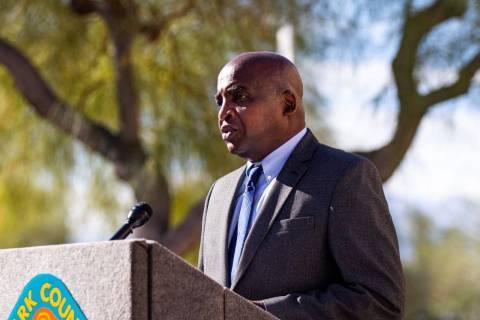 El doctor Fermín Leguen, funcionario de salud del distrito de salud del sur de Nevada, habla e ...