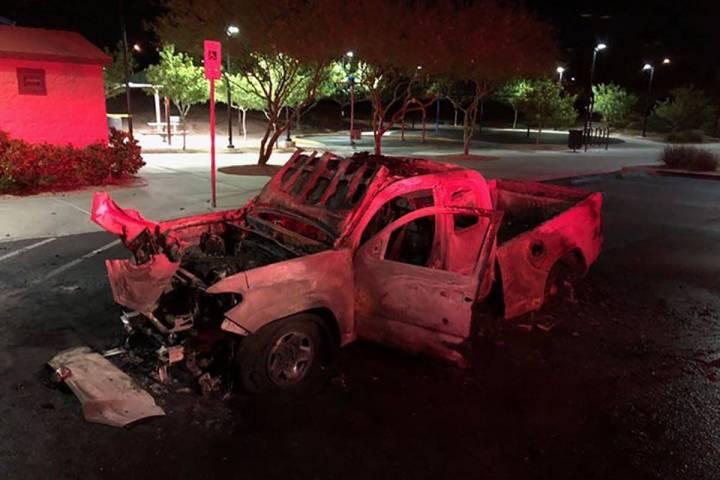 Los fuegos artificiales encendieron y destruyeron una camioneta al noroeste de Las Vegas a prim ...