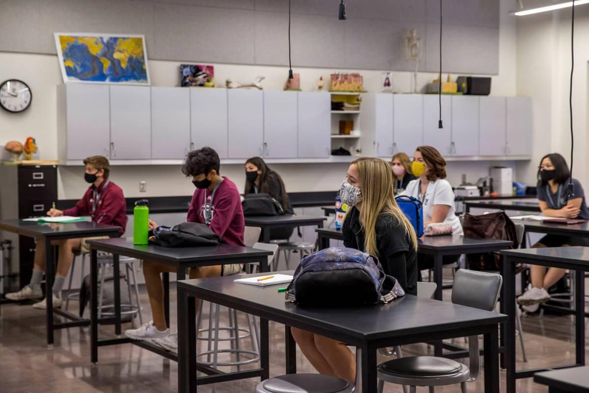 En esta foto de archivo, los estudiantes se mantienen socialmente distanciados mientras asisten ...