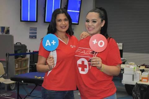 En esta foto de archivo, la vocera de la Cruz Roja Americana, Cynthia De La Torre, y la volunta ...
