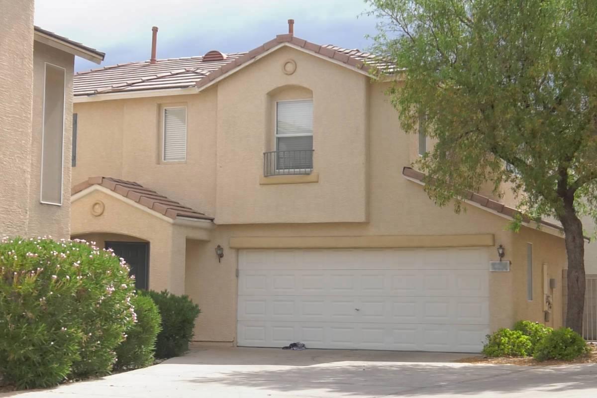 La policía cree que una niña de cinco años murió después de ser dejada en una casa calient ...