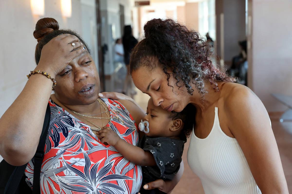 Kandra Coleman, a la izquierda, y Marisa Brown, tía y abuela de una niña de cinco años que l ...