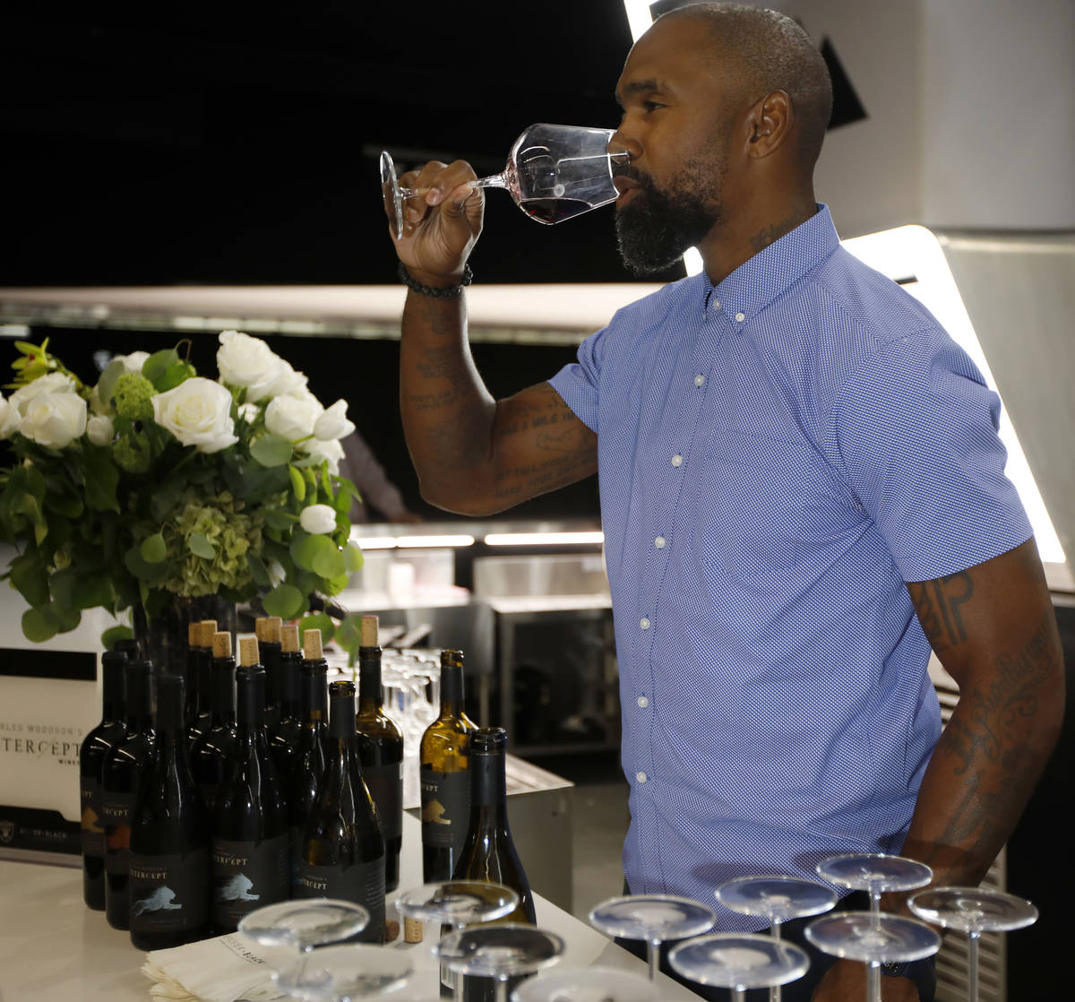 "El ex jugador de fútbol americano de la NFL, Charles Woodson, promociona su vino ""Intercept"" d ..."