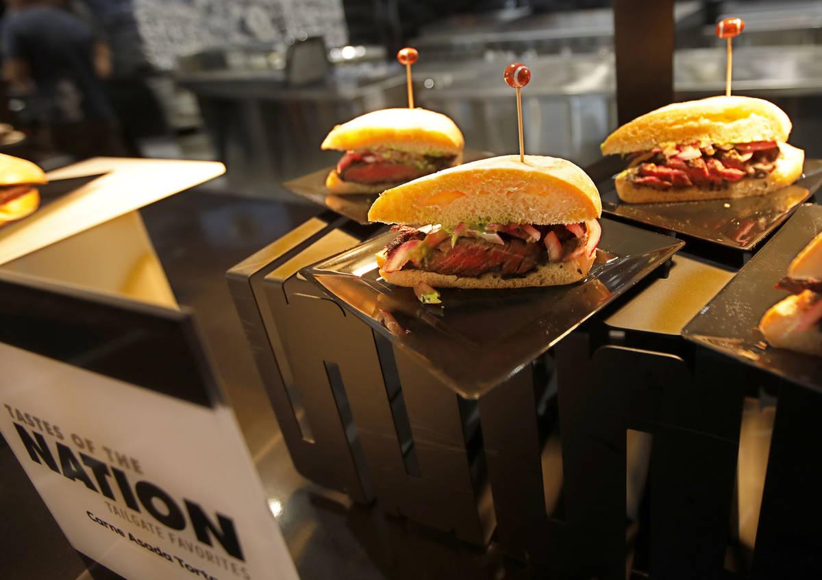 Hamburguesas de carne asada de Tastes of Nation se sirven durante un evento de experiencia gast ...