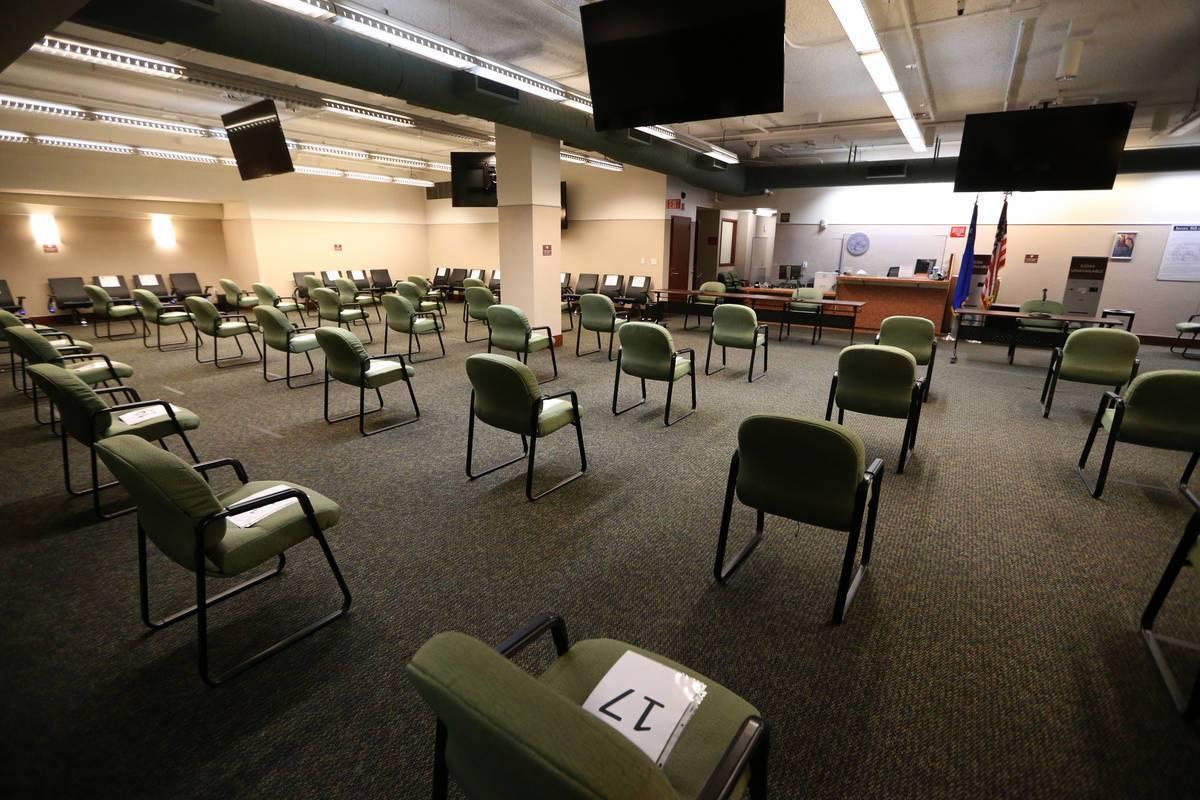 Una distribución de asientos distantes en la sala de servicios del jurado del Centro Regional ...