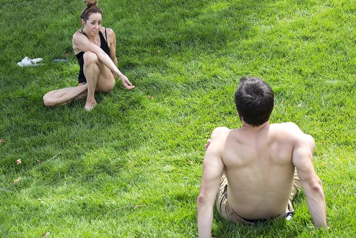 Natalie Kleinman, a la izquierda, y Tyler Bryce, a la derecha, practican yoga a pesar de una ad ...