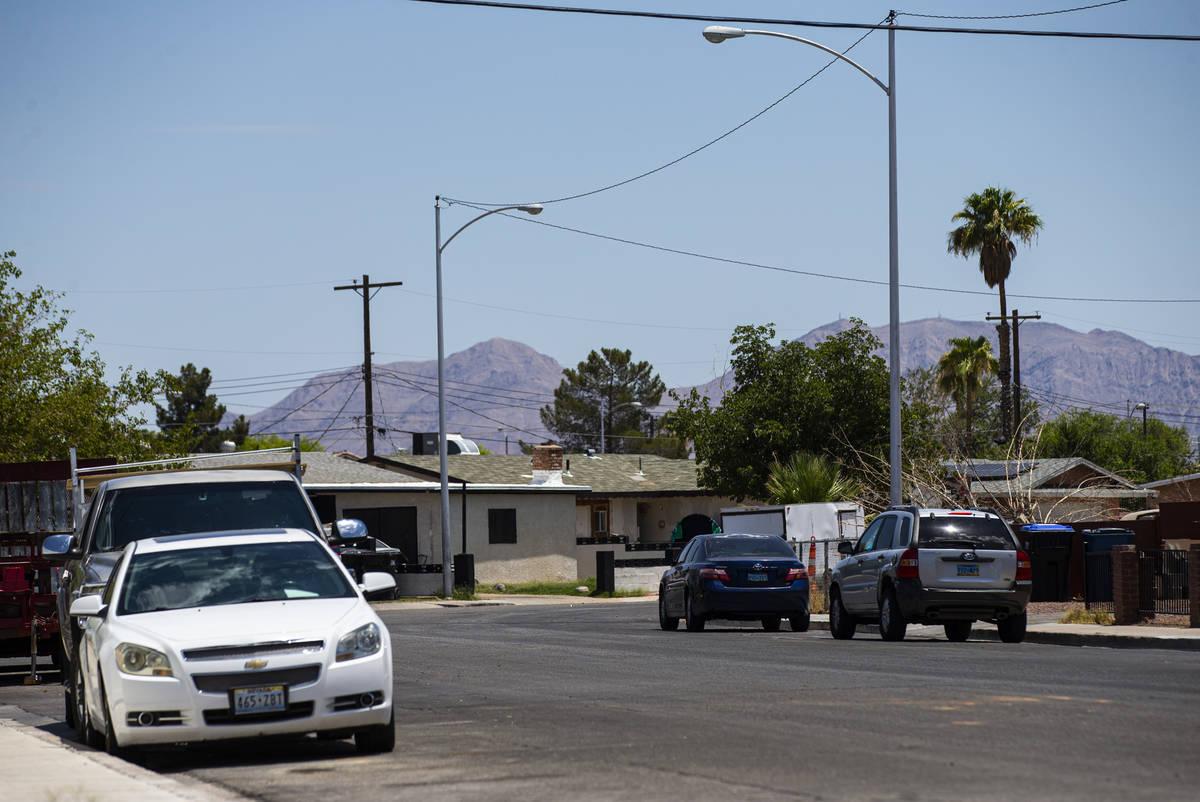 Una vista de la cuadra 1200 de West Helen Avenue, donde más de media docena de personas fueron ...