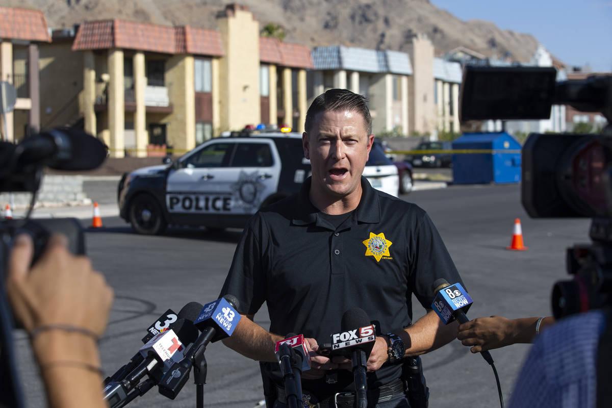 El teniente Richard Meyers ofrece una sesión informativa a los medios de comunicación frente ...