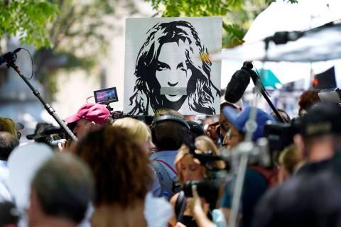 Un retrato de Britney Spears se cierne sobre los partidarios y los miembros de los medios de co ...