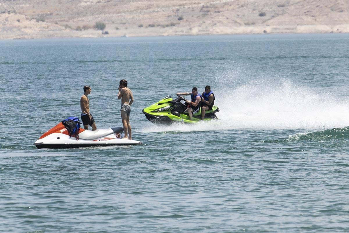 Gente trata de mantenerse fresca en Boulder Beach en Lake Mead National Recreation Area, el vie ...