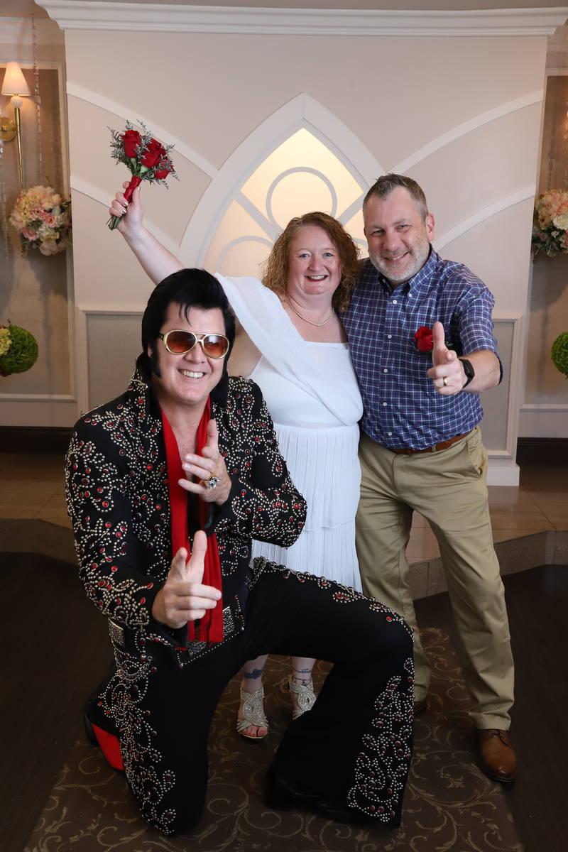 Los neoyorquinos Cindy y Don Couse celebran, junto con el copropietario de la capilla e imitado ...