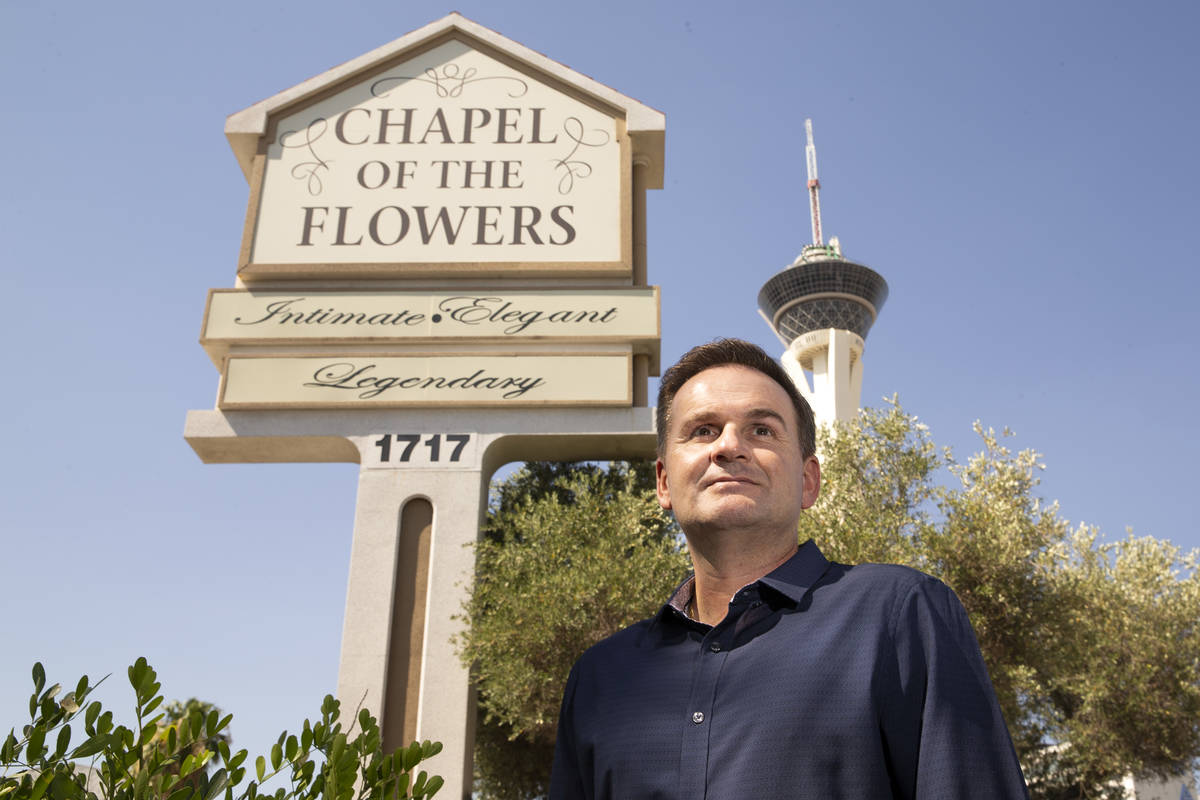 Donne Kerestic, director ejecutivo de Chapel of the Flowers, en el local de bodas de Las Vegas ...