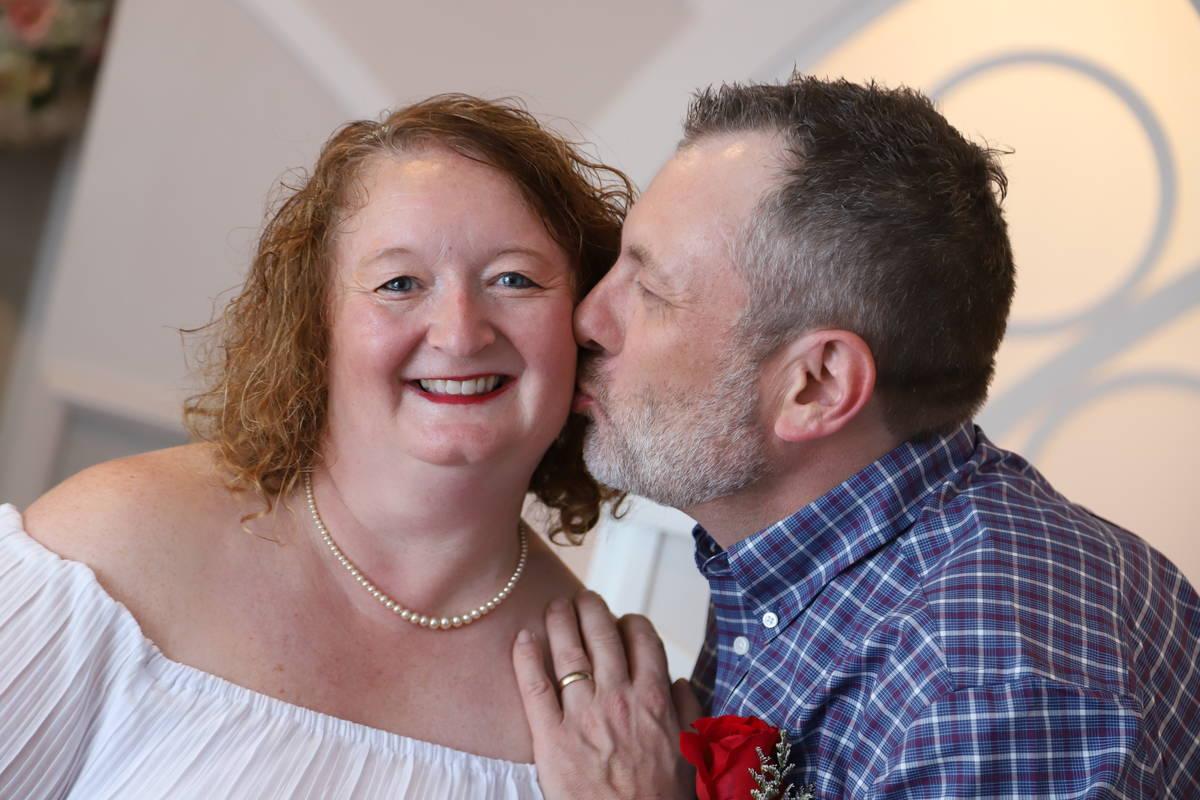 Los neoyorquinos Cindy y Don Couse comparten un beso tras renovar sus votos el mes pasado en Gr ...