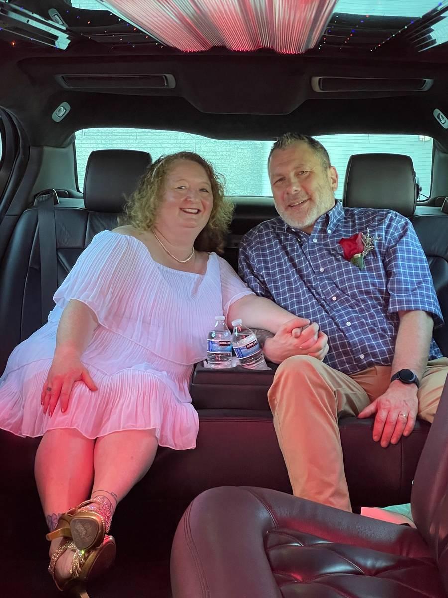 Los neoyorquinos Cindy y Don Couse tras renovar sus votos el mes pasado en Graceland Wedding Ch ...