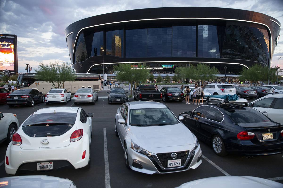 Coches estacionados en el lote C fuera del Estadio Allegiant en Las Vegas, el sábado 3 de juli ...
