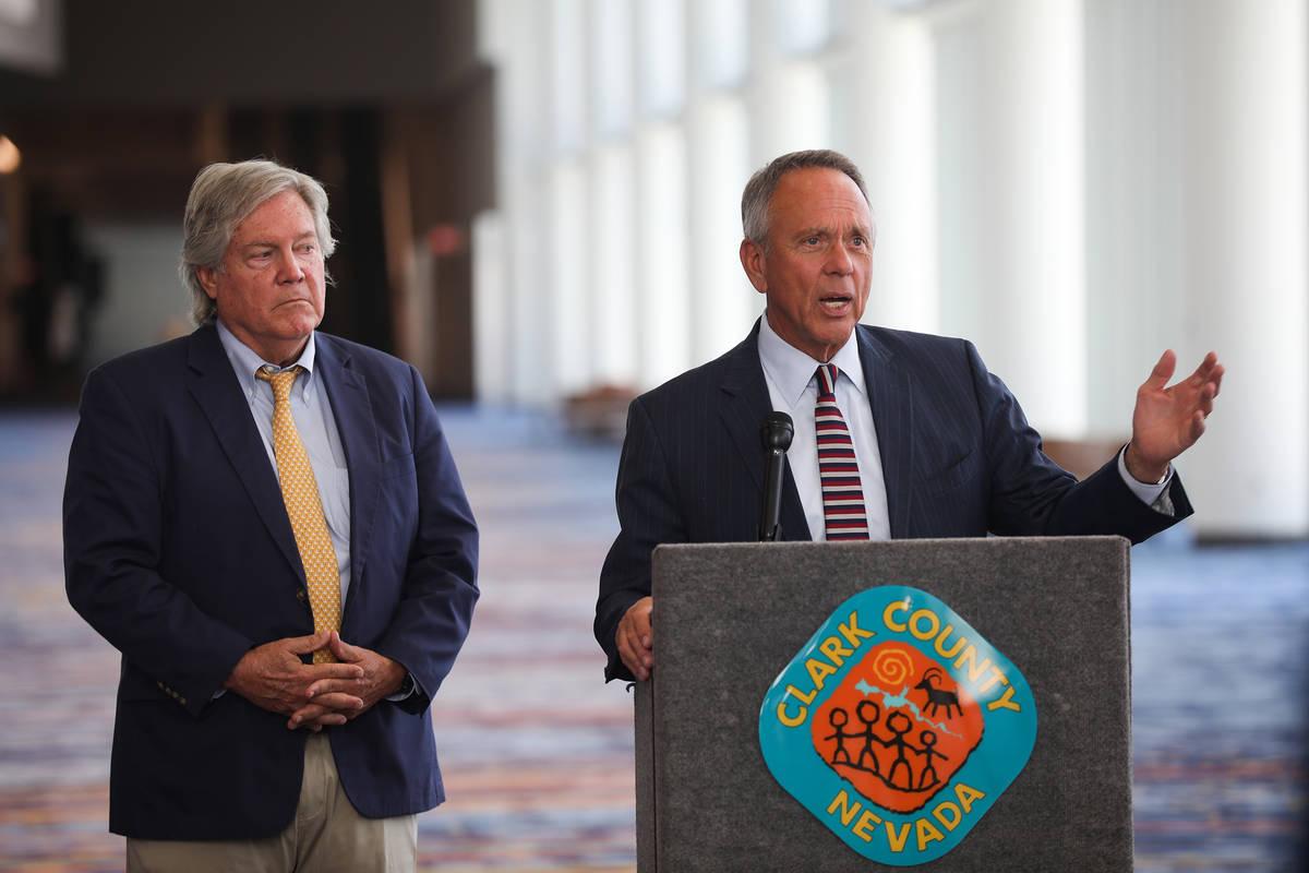 El vicepresidente de la Comisión del Condado Clark, Jim Gibson, insta al público a no esperar ...