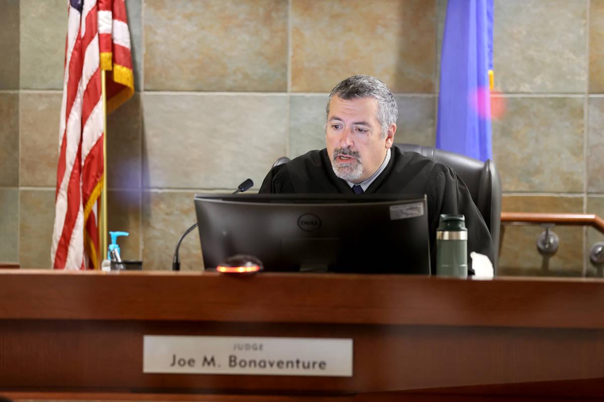 El juez de paz Joe Bonaventure preside en el tribunal del Centro Regional de Justicia de Las Ve ...