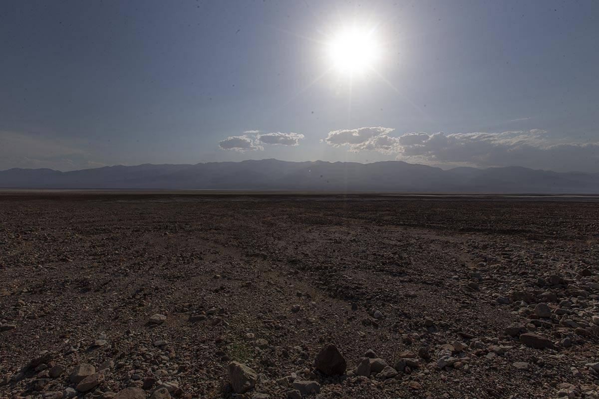 El sol cae sobre Badwater Basin, el punto más bajo de Norteamérica, el lunes 17 de agosto de ...