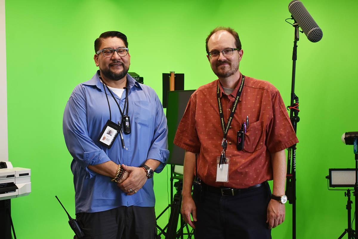 Alex Acosta (izquierda) y Tom Olsen (derecha), de la Biblioteca del Este de Las Vegas, se mostr ...
