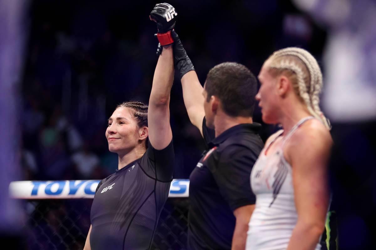Irene Aldana, izquierda, es anunciada como ganadora por nocaut técnico en la primera ronda de ...