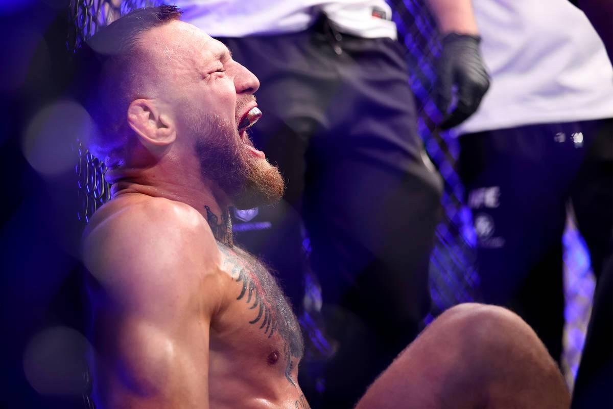 Conor McGregor grita de dolor después de lastimarse el pie en el primer asalto de una pelea de ...
