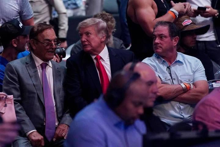 El ex-presidente de Estados Unidos, Donald Trump (centro), asiste a UFC 264 el sábado 10 de ju ...