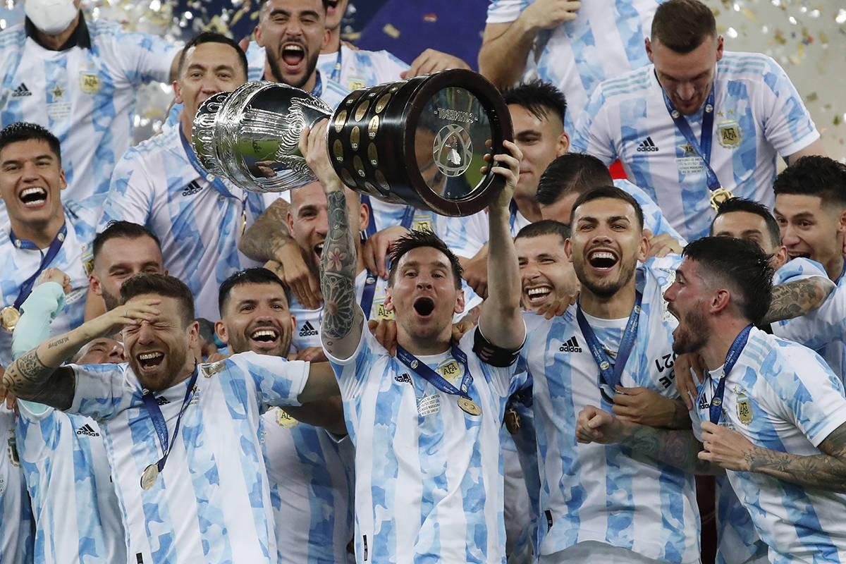 El argentino Lionel Messi alza el trofeo después de vencer 1-0 a Brasil en la final de la Copa ...