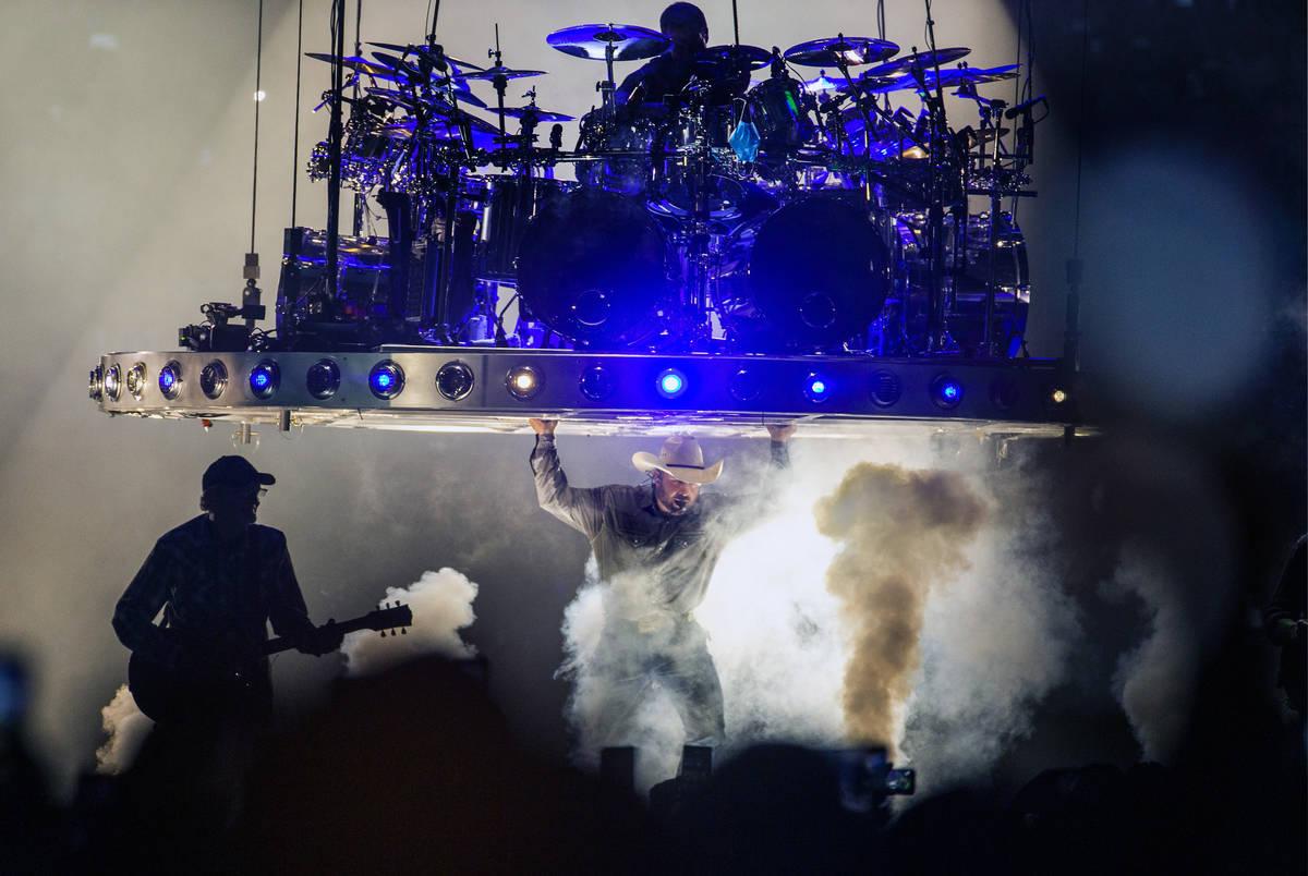 Garth Brooks llega al escenario mientras comienza a cantar ante el público en Allegiant Stadiu ...