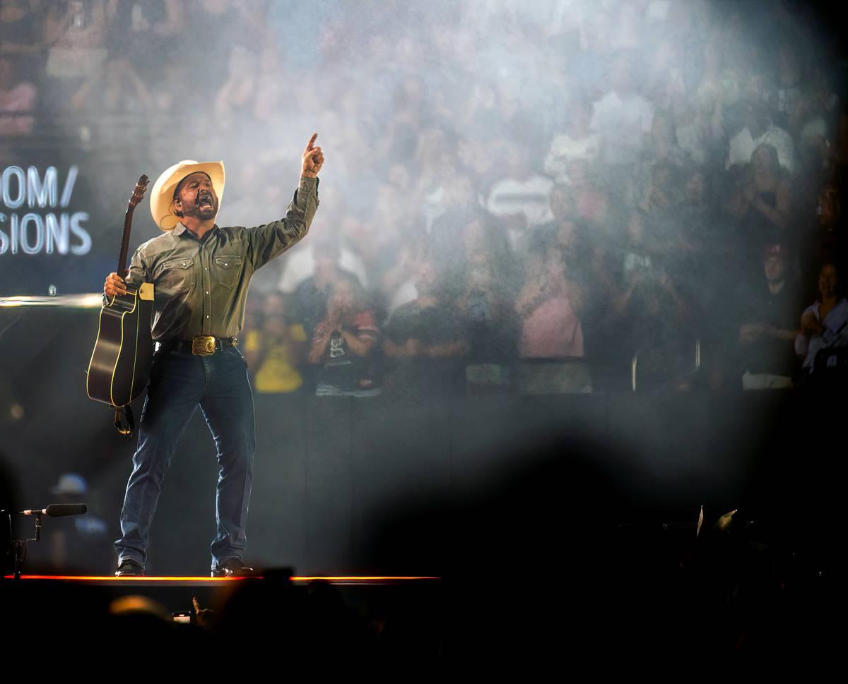 Garth Brooks toca ante el público en el Allegiant Stadium el viernes 10 de julio de 2021, en L ...