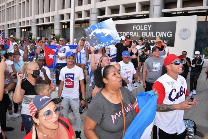 Miles de cubanos se lanzaron a las calles el domingo 11 de julio de 2021 en La Habana y otros p ...
