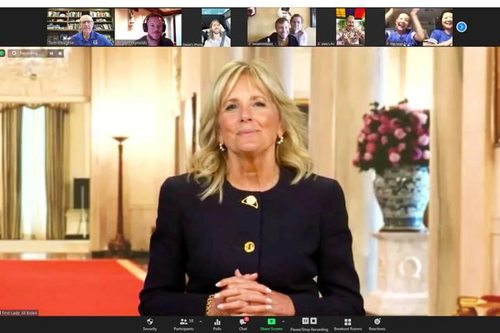 La primera dama, Jill Biden, junto con miembros de Imagine Dragons, sorprendió a familias de n ...
